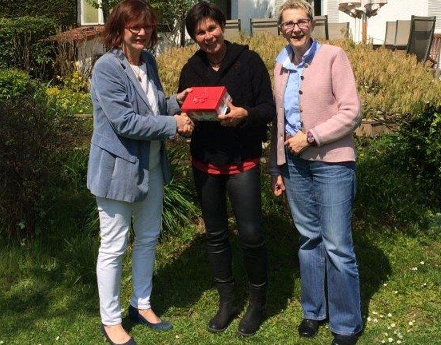 """Übergabe der Spende aus der """"Tabaluga""""-Aufführung in Brensbach: Dr. Erika Ober (links), Barbara Prystanowski (rechts, beide von der Hospiz-Initiative), sowie Silvia Wolf (""""Yoga-Vital"""")"""